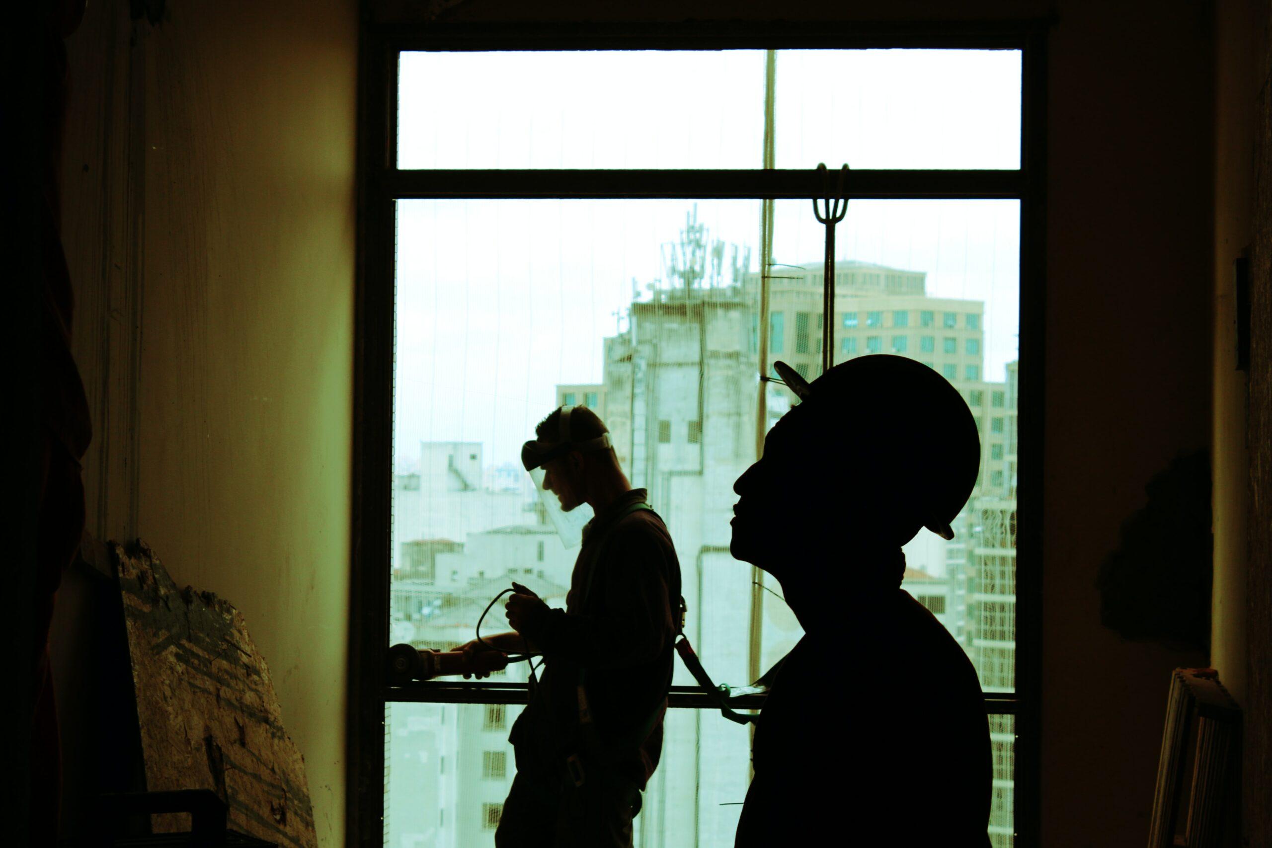 Des ouvriers équipés contre les dangers