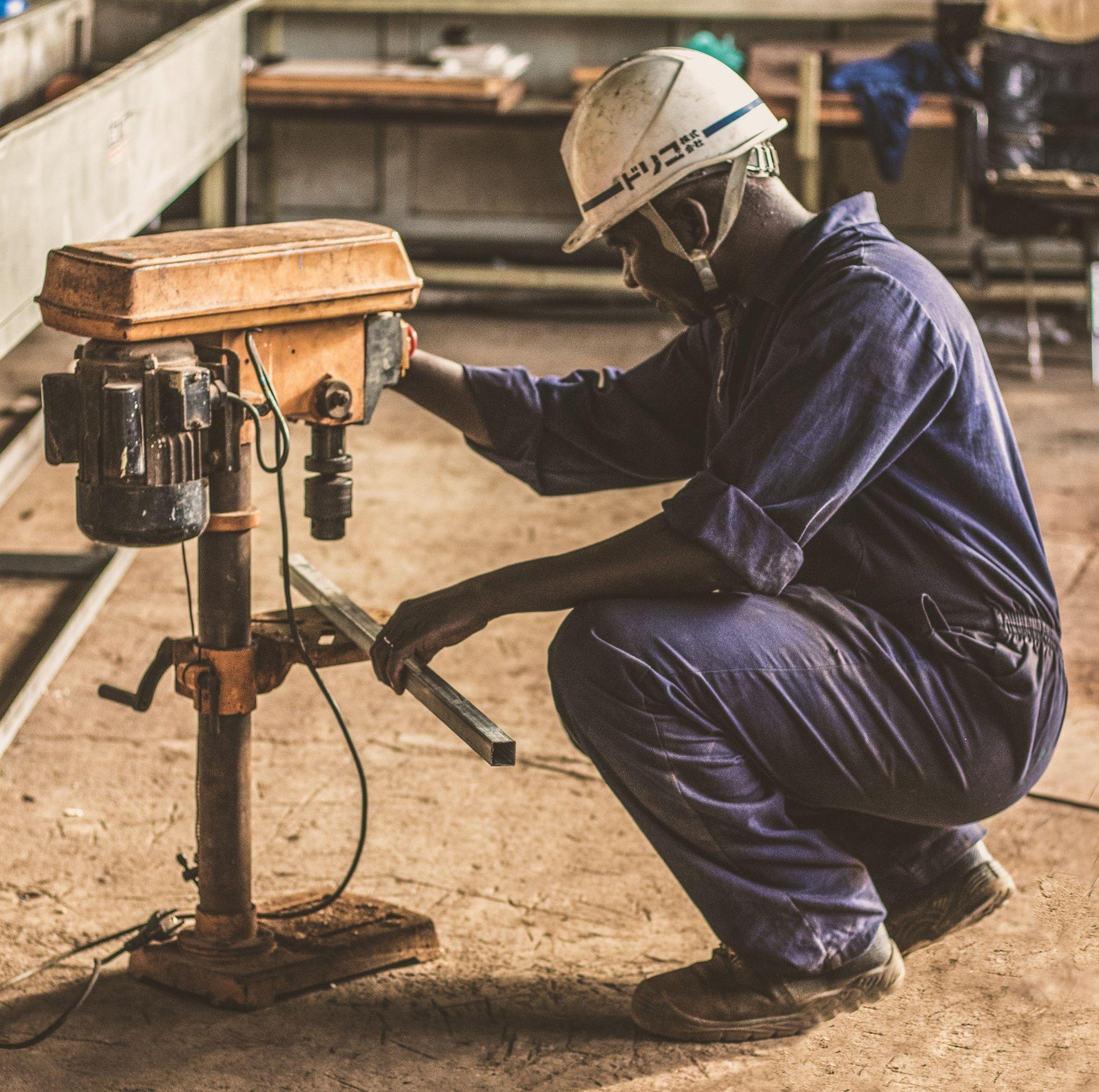 Les travailleurs de la construction portent des vêtements professionnels et des EPI